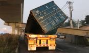 Xe container bị dầm cầu bê tông đè bẹp dúm, tài xế thoát nạn trong gang tấc