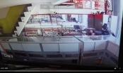 Clip gã đàn ông nổ súng cướp tiệm vàng nhanh như chớp ở vùng ven TP Hồ Chí Minh