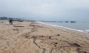 Hơn 3km bờ biển Hà Tĩnh có vệt cặn dầu loang sau vụ tàu hàng gần 9.000 tấn chìm trên biển