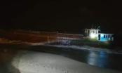 Phát hiện tàu lạ dài hơn 30m, không người lái, có số hiệu Trung Quốc dạt vào bờ biển Hà Tĩnh
