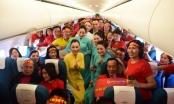 Tiếp viên Vietnam Airlines cùng CĐV hát quốc ca ở độ cao 10.000m trên chuyến bay cổ vũ U22 Việt Nam