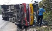Hành khách hốt hoảng đập kính thoát ra khỏi chiếc xe buýt bị lật trên quốc lộ