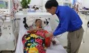 Xúc động hình ảnh bệnh nhân chạy thận nhận quà Tết ngay trên giường bệnh