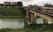 Xe bán tải mất lái lao xuống cầu từ độ cao khoảng 30m, tài xế may mắn thoát chết