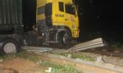 Kịp thời giải cứu xe container mắc kẹt trên đường sắt Bắc Nam giữa đêm mưa lạnh
