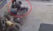 [Clip]: Lạnh người cảnh 2 học sinh đi xe máy tốc độ cao tông thẳng vào gốc cây
