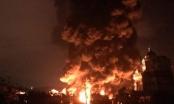 Quảng Ninh: Biển lửa bao trùm xưởng chứa lốp ô tô lúc rạng sáng