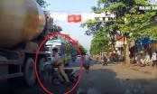 """Video: Hai thanh niên đi xe máy không đội mũ bảo hiểm """"húc"""" CSGT ngã ra đường"""