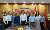 Thứ trưởng Nguyễn Thanh Tịnh dành từ Bản lĩnh tặng Báo Pháp luật Việt Nam
