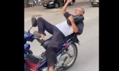 """Bức xúc cảnh """"quái xế già"""" đi xe máy không đội mũ bảo hiểm buông hai tay làm xiếc trên đường"""