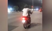 Clip: Bức xúc cảnh nam thanh niên lái xe máy bằng 2 chân gây nguy hiểm cho người đi đường