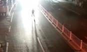 [Clip]: Rợn người cảnh người đàn ông ra giữa đường quỳ gối bị xe tải tông trúng