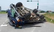Cố vượt đèn đỏ, xe tải bị xe đầu kéo tông lật ngửa, hai người thoát nạn kỳ diệu