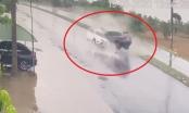 Clip: Pha tại nạn kinh hoàng, xe bán tải vỡ nát sau khi lấn làn bị xe khác đâm trực diện