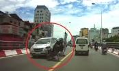 Clip: Pha vượt ẩu trên cầu vượt, hai người đàn ông đi xe máy bị ô tô đâm trực diện