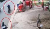 """Clip: Pha dàn cảnh cướp xe máy của hai tên cướp khiến """"khổ chủ"""" thất thần"""