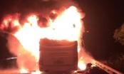 Xe giường nằm bất ngờ phát hỏa, biến thành ngọn đuốc khổng lồ khi đang chạy