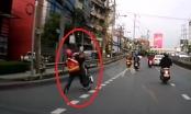 Clip: Người đàn ông điều khiển xe máy bốc đầu nhận cái kết ngã sấp mặt