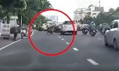 Clip: Nam thanh niên đi xe máy lạng lách, vượt ẩu nhận cái kết đắng