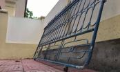 Cánh cổng sắt trường tiểu học đổ sập đè lên chân 1 học sinh lớp 3 ở Nghệ An