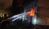 Kho sơn bốc cháy dữ dội kèm theo nhiều tiếng nổ lớn trong đêm