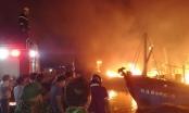 """Nghệ An: Nhiều tàu cá bốc cháy dữ dội tạo thành một """"biển lửa"""" trong đêm"""