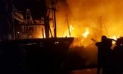 Clip cận cảnh 4 tàu cá công suất lớn cháy kinh hoàng trong đêm, thiệt hại hàng chục tỷ đồng