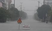 """Hồ Kẻ Gỗ xả tràn kèm mưa lớn kéo dài, nhiều tuyến đường TP Hà Tĩnh """"biến thành sông"""