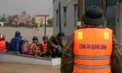 """Quảng Bình: Công an """"xẻ"""" nước lũ, đưa nhiều sản phụ đến bệnh viện an toàn"""