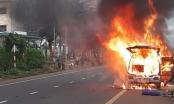 [Clip]: Xe ôtô bốc cháy dữ dội trên Quốc lộ 20 ở Lâm Đồng