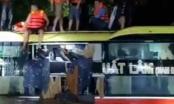 Giải cứu thần kỳ 18 người trên chiếc xe khách bị nước lũ cuốn trôi
