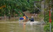 Người dân ở vùng tâm lũ Hà Tĩnh vẫn phải dùng thuyền để đi lại