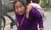Xúc động hình ảnh cụ bà hơn 80 tuổi cõng bao tải quần áo và mì tôm cứu trợ miền Trung