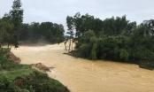 Cố đi xe máy vào đoạn đường ngập sâu, 2 người bị nước lũ cuốn mất tích