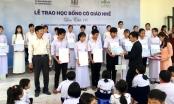 Novaland trao tặng hàng trăm suất học bổng Cô giáo Nhế đến học sinh nghèo Đồng Tháp