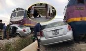 [Clip]: Cố vượt đường ray, ô tô bị tàu hỏa tông ngang bụng