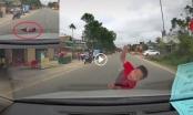 [Clip]: Tài xế bất lực trước khoảnh khắc băng qua đường như ma đuổi của bé trai trên quốc lộ