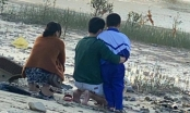 Nghi vợ ôm con 14 tháng tuổi nhảy cầu tự vẫn, chồng quỳ gối bên bờ sông đợi tin