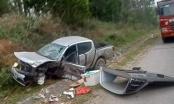 Tài xế nằm bất tỉnh bên chiếc bán tải sau cú va chạm kinh hoàng trên đường N5