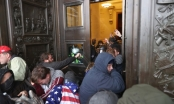 Khoảnh khắc cảnh sát Mỹ đối mặt người biểu tình tràn vào trụ sở quốc hội