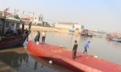 [Video]: Nỗ lực cứu tàu chở dầu bị lật úp khi vào cảng cá ở Nghệ An