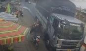 Clip: Xe tải vượt ẩu trước chợ, khiến 3 mẹ con ngã xuống đường