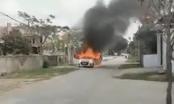 Chủ xe ôm giấy tờ thoát ra khỏi chiếc Hyundai i10 bốc cháy dữ dội