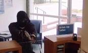 Điều tra vụ cầm súng bật lửa yêu cầu nhân viên ngân hàng giao tiền