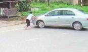 Video thót tim cảnh bé gái chặn trước đầu xe ô tô của kẻ mua 2 két bia không trả tiền rồi bỏ chạy