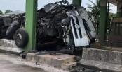 Hà Tĩnh: Đâm vào trạm thu phí, xe tải nát bét phần đầu