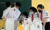 Học sinh ở Hà Tĩnh pha chế dung dịch rửa tay phục vụ các điểm bầu cử