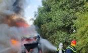 Xe khách chở 11 công nhân từ khu cách ly về quê bất ngờ bốc cháy dữ dội