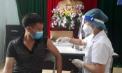 Nghệ An: Tiêm vắc-xin cho tiểu thương các chợ trên địa bàn TP Vinh