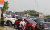 Hình ảnh cửa ngõ TP Vinh ùn tắc nghiêm trọng trong ngày đầu dừng thực hiện Chỉ thị 16